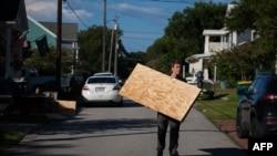 Residentes de Swansboro, Carolina del Norte, se preparan para el embate de Florence.