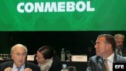 El presidente de la FIFA, Joseph Blatter (i), y el presidente de la Confederación Sudamericana de Fútbol (CONMEBOL), Juan Angel Napout (d), durante la primera sesión del 65 Congreso de la CONMEBOL celebrado en Luque (Paraguay) en marzo de 2015.