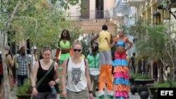 Turistas en la Habana Vieja: Nuevas normas permitirían viajes educacionales individuales.