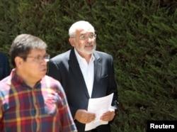 El candidato opositor, Carlos Mesa, lee la declaración del CONADE (Comité Nacional de Defensa de la Democracia).