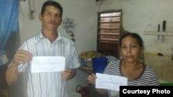 Los periodistas Roberto Rodríguez Cardona y su esposa Marelys Fonseca Viltre, con la citación.
