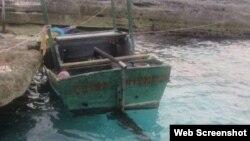Embarcación de la que fueron rescatados cubanos cerca de Cayo Anguila, Bahamas