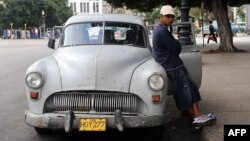 """Un taxista privado o """"botero"""" en una calle de La Habana. (Archivo)"""