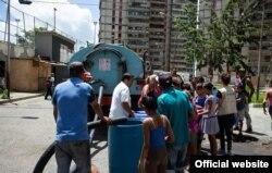 USAID trabaja con socios en Venezuela para proporcionar agua potable segura, incluso llevando agua en camiones cisterna. Van a lugares donde la gente no tiene acceso a este servicio básico y vital. (UNICEF)