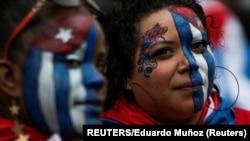 Exiliados cubanos en North Bergen, Nueva Jersey, dan su apoyo a las protestas en Cuba.