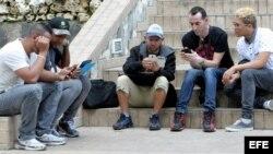 Varias personas conectadas a internet con sus dispositivos móviles en La Habana.