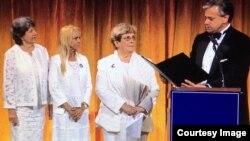 Peter N. Goettler, presidente del Instituto Cato, entrega el Premio Milton Friedman 2018 a las Damas de Blanco.