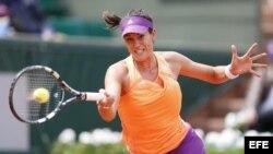 La tenista venezolana-española Garbiñe Muguruza golpea la bola durante su partido de la segunda ronda del Roland Garros contra la estadounidense Serena Williams.
