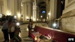 Desperfectos en la basílica del Pilar de Zaragoza donde hoy ha explotado un artefacto casero fabricado con una bombona de cámping gas. EFE/Toni Galán