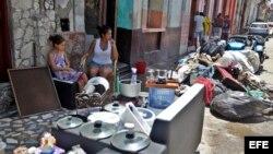 Las pertenencias al sol, para que secarlas. Imágenes de La Habana el lunes 11 de septiembre del 2017.