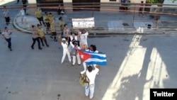 Damas de Blanco protestan frente a la sede de la organización opositora en Lawton, La Habana. (Foto: Angel Moya)