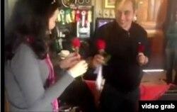 Escena de un video del compromiso del doctor Adrián Estrada y la farmacéutica brasileña Leticia Santos.