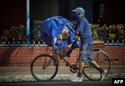 Un reparador de colchones en La Habana. YAMIL LAGE / AFP