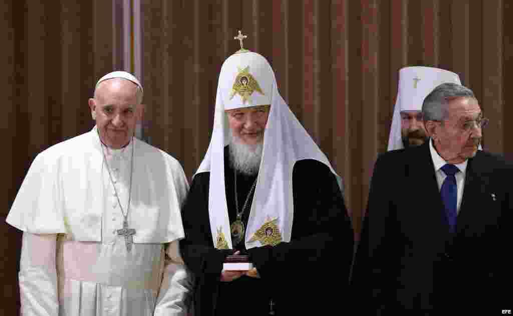 El papa Francisco, el patriarca Kirill y el gobernante Raúl Castro se reúnen en el aeropuerto José Martí de La Habana.