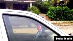 """El auto del represor identificado como """"Teniente Coronel Camilo"""", según publica Anamely Ramos en su cuenta de Facebook."""