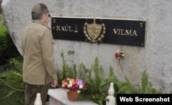 Raúl Castro frente a su tumba, al lado del nicho donde fueron colocados los restos de su fallecida esposa, Vilma Espín.
