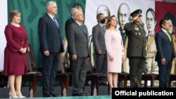 Luis Alberto Rodríguez López-Callejas (segunda fila con mascarilla negra) en el desfile Cívico Militar por 211 Aniversario del inicio de la Independencia de México.