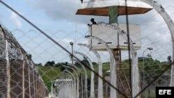 Vista de un guardia en una garita de la prisión Combinado del Este, en La Habana (Cuba) 9 de abril de 2013