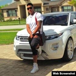 Yunel Escobar junto a su automóvil.