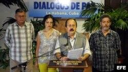 El miembro del equipo negociador de las Fuerzas Armadas Revolucionarias de Colombia (FARC) Andrés París (2-d), acompañado de Ricardo Téllez (i), alias Rodrigo Granda, Laura Villa (2-i) y Luis Alberto Albán, alias Marco León Calarcá (d), lee un comunicado