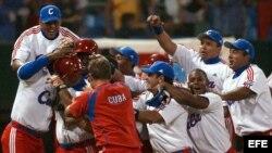 Los jugadores del equipo cubano celebran la victoria obtenida frente a Brasil en el XXXV Mundial de Béisbol que se desarrolló en Cuba en 2003.