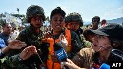 Soldados colombianos escoltan a un miembro de las Fuerzas Armadas de Venezuela que desertó a Colombia con su perro, en Cututa, el 25 de febrero de 2019.