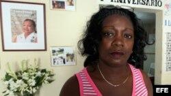 HAB01. LA HABANA (CUBA), 12/10/12.- Berta Soler (i), líder de las Damas de Blanco, posa junto a la opositora cubana María Cristina Labrada (d) en la sede de ese movimiento hoy, viernes 12 de octubre de 2012, en La Habana (Cuba). A punto de cumplirse un añ