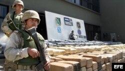 Fotografía de archivo. Soldados mexicanos custodian un cargamento de marihuana incautado por la Policía y el Ejército en Ensenada, estado de Baja California (México).