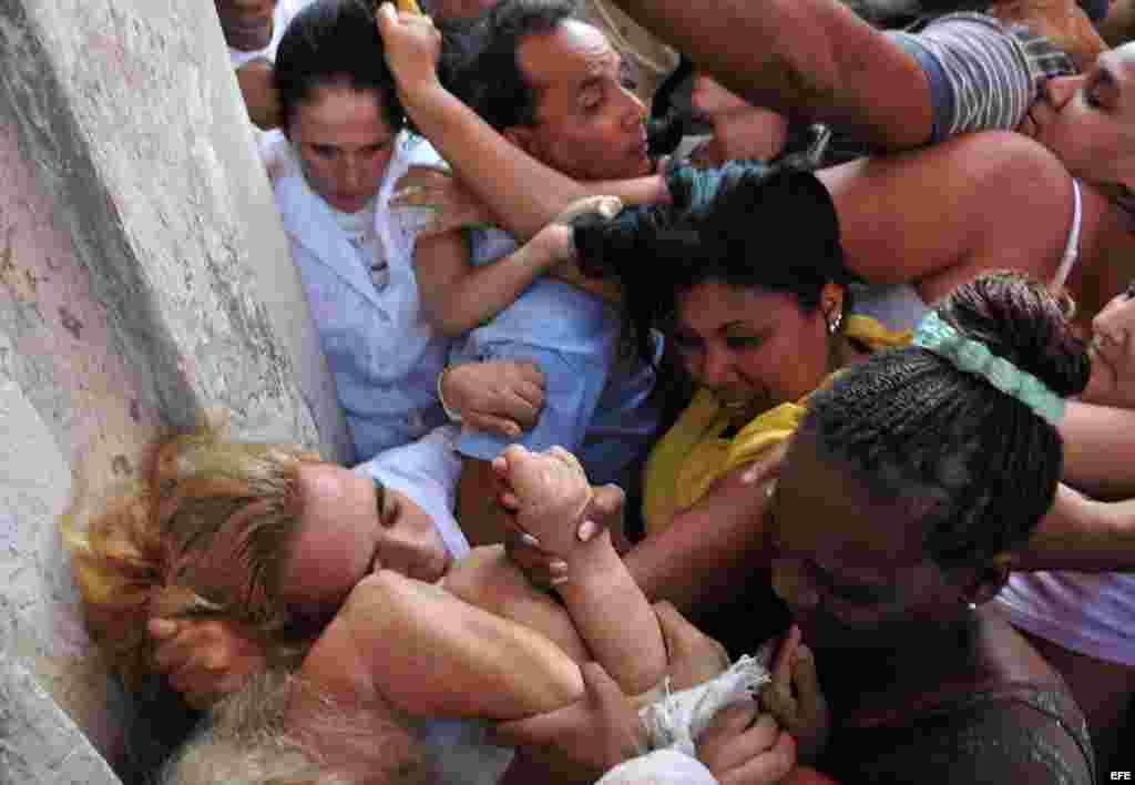 Las Damas de Blanco son hostigadas por parte de un grupo de afines al régimen cubano.
