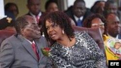 La primera dama de Zimbabue, Grace Mugabe (d), junto a su esposo, el presidente Robert Mugabe.