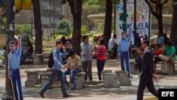 Vista de algunas siluetas del dirigente opositor Leopoldo López en las inmediaciones del Palacio de Justicia.