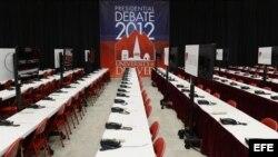 Vista general del interior del centro de prensa para el debate presidencial 2012, en el Magness Arena en la Universidad de Denver en Denver (EE.UU.).