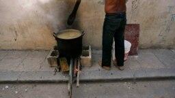 Un hombre cocina con leña en La Habana. Foto Archivo REUTERS/Claudia Daut