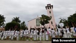 Las Damas de blanco frente a la iglesia de Santa Rita, en Miramar, La Habana. Archivo.