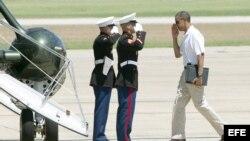 Barack Obama (d) saluda a la tripulación del helicoptero presidencial Marine 1 antes de partir a Camp David.