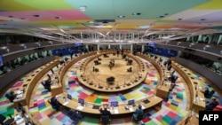 Jefes de Estado y de gobierno europeos asisten a una cumbre de la Unión Europea (UE) en el edificio del Consejo Europeo en Bruselas. (Kenzo Tribouillard/AFP)