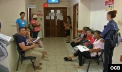 Cubanos esperan ser atendidos en hospital de Guyana para chequeo exigido en trámite migratorio. (Foto: Rodolfo Hernández)