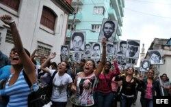 Partidarios del régimen cubano realiza un acto de repudio contra un grupo de Damas de Blanco a las afueras de la casa de la fallecida líder de la organización, Laura Pollán.