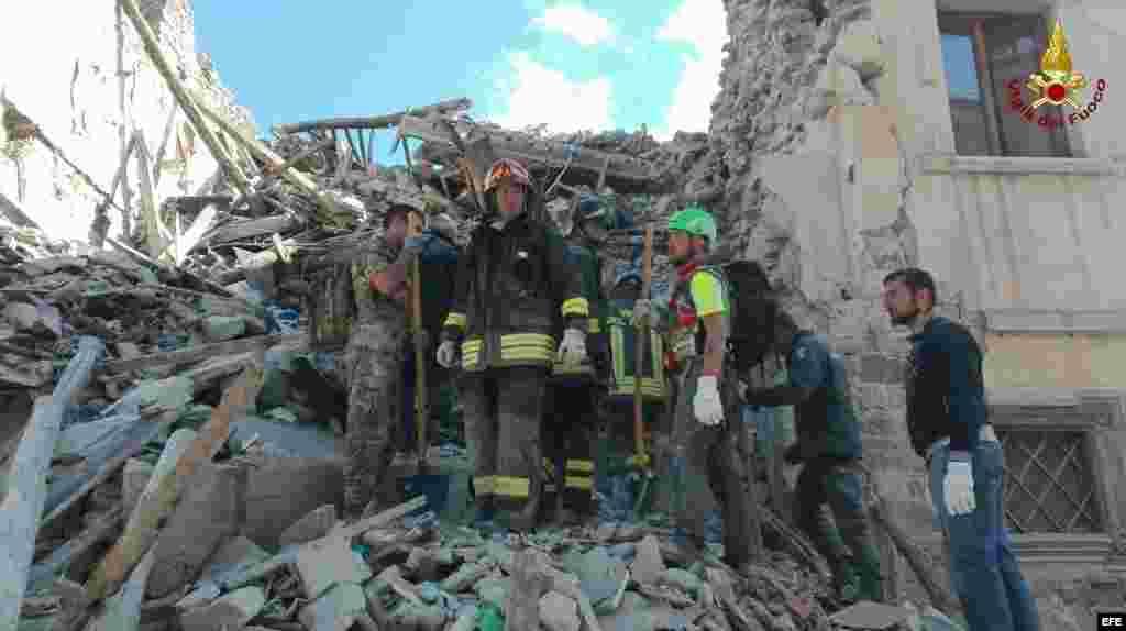 Imagen facilitada por la Brigada de Bomberos de Italia que muestra al cuerpo de bomberos en busca de supervivientes en una de los edificios derrumbadas en Amatrice, en el centro de Italia, hoy, 24 de agosto de 2016. Al menos 37 personas han muerto y decen