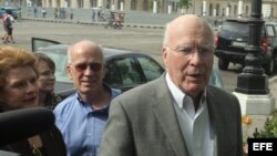 El senador demócrata Patrick Leahy por Vermont (d) a su llegada a un hotel en La Habana (Cuba).