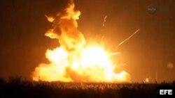 Captura de video de la NASA que muestra el cohete incendiándose en la plataforma de lanzamiento.