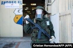 Un soldado frente a un centro de votación en Caracas, el 6 de diciembre de 2020