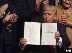 Donald J. Trump, muestra el memorando presidencial sobre la política con Cuba.