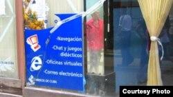 Imagen de un cibercafé en La Habana. Foto: El Mambo Taxi.