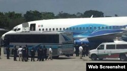 Autoridades mexicanas repatrían a 70 cubanos desde el Aeropuerto de Tapachula.