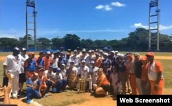 Equipos de béisbol de secundaria de Cuba y Miami posan juntos en la isla.
