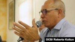 El director ejecutivo del Observatorio Cubano de Derechos Humanos (OCDH), Alejandro González Raga, habla el sábado en la Sala Félix Varela de la Ermita de la Caridad del Cobre en Miami (Foto: Roberto Koltún).