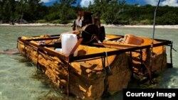 Una embarcación rústica utilizada por balseros cubanos y abandonada en la costa. Foto: Phil's1stPix/Flickr