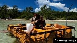 Imagen de archivo de una embarcación rústica utilizada por balseros cubanos y abandonada en la costa. Foto: Phil's1stPix/Flickr
