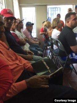 Cubanos esperan ser atendidos en oficinas de ACNUR en Trinidad y Tobago.
